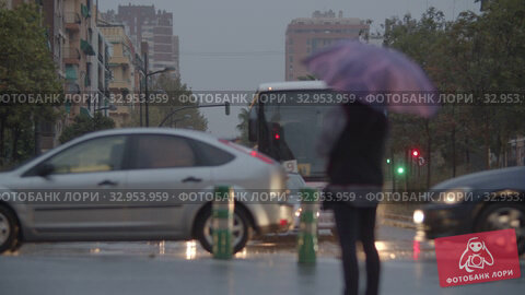 Nasty rainy evening. Street view with traffic and woman under umbrella (2019 год). Редакционное видео, видеограф Данил Руденко / Фотобанк Лори