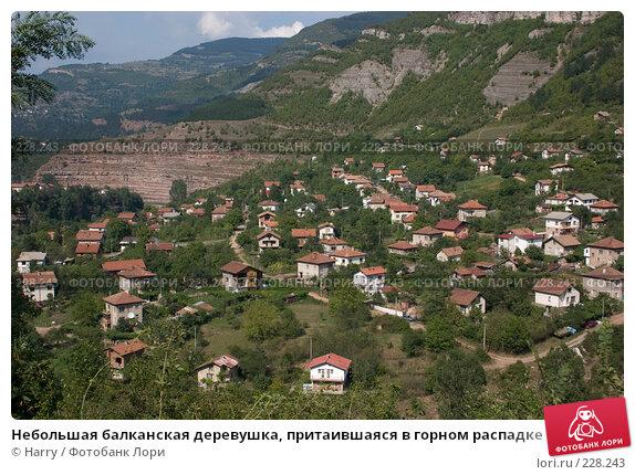 Небольшая балканская деревушка, притаившаяся в горном распадке, фото № 228243, снято 19 августа 2007 г. (c) Harry / Фотобанк Лори