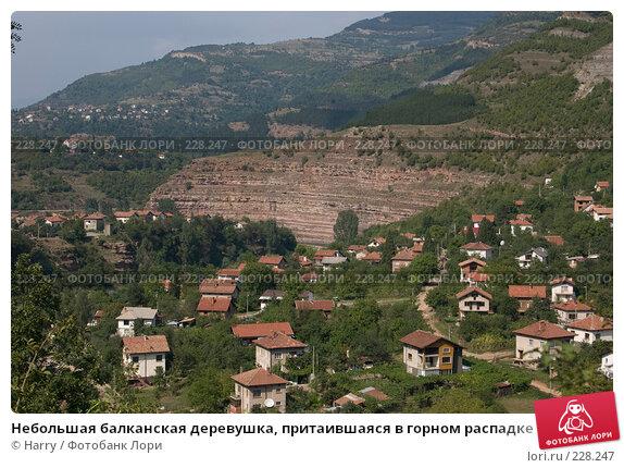 Небольшая балканская деревушка, притаившаяся в горном распадке, фото № 228247, снято 19 августа 2007 г. (c) Harry / Фотобанк Лори