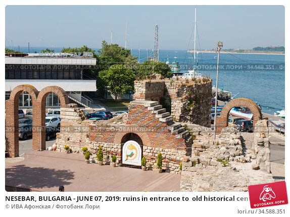 NESEBAR, BULGARIA - JUNE 07, 2019: ruins in entrance to  old historical centre of the town Nesebar, UNESCO World heritage site. Стоковое фото, фотограф ИВА Афонская / Фотобанк Лори