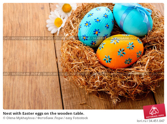 Nest with Easter eggs on the wooden table. Стоковое фото, фотограф Olena Mykhaylova / easy Fotostock / Фотобанк Лори