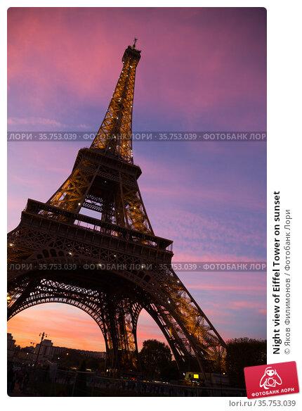 Night view of Eiffel Tower on sunset (2018 год). Редакционное фото, фотограф Яков Филимонов / Фотобанк Лори