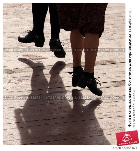 Купить «Ноги в специальных ботинках для ирландских танцев в прыжке на дощатом полу», фото № 3488071, снято 29 апреля 2012 г. (c) Fro / Фотобанк Лори