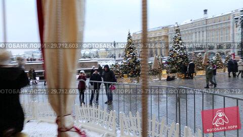 Купить «Новогодняя карусель на Манежной площади в центре Москвы», видеоролик № 29712603, снято 22 января 2019 г. (c) Евгений Ткачёв / Фотобанк Лори
