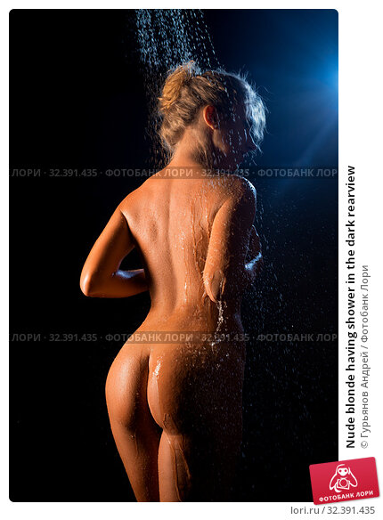 Купить «Nude blonde having shower in the dark rearview», фото № 32391435, снято 12 октября 2019 г. (c) Гурьянов Андрей / Фотобанк Лори