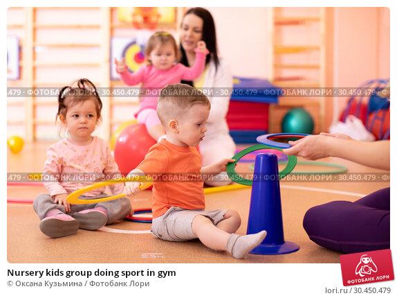 Nursery kids group doing sport in gym. Стоковое фото, фотограф Оксана Кузьмина / Фотобанк Лори