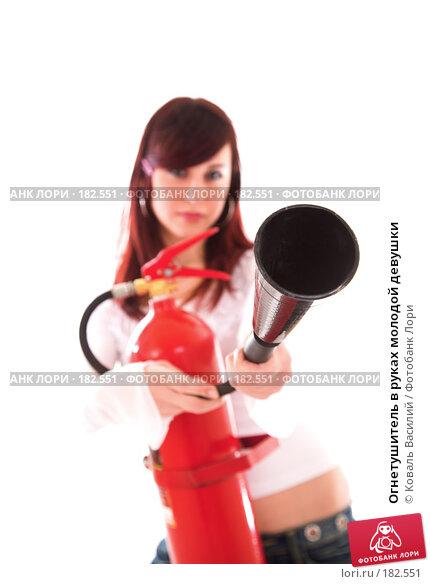 Огнетушитель в руках молодой девушки, фото № 182551, снято 29 ноября 2006 г. (c) Коваль Василий / Фотобанк Лори