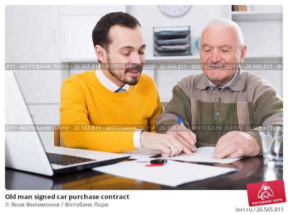 Купить «Old man signed car purchase contract», фото № 26565811, снято 14 ноября 2019 г. (c) Яков Филимонов / Фотобанк Лори