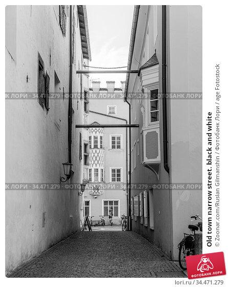 Old town narrow street. black and white. Стоковое фото, фотограф Zoonar.com/Ruslan Gilmanshin / age Fotostock / Фотобанк Лори