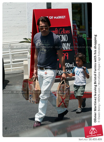 Olivier Martinez leaving Bristol Farms with his shopping (2017 год). Редакционное фото, фотограф Owen Beiny / WENN.com / age Fotostock / Фотобанк Лори