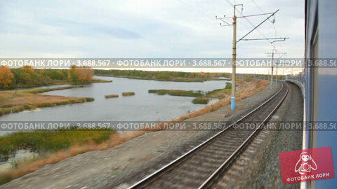 Купить «Осенний пруд из окна проезжающего поезда», видеоролик № 3688567, снято 8 марта 2010 г. (c) Losevsky Pavel / Фотобанк Лори
