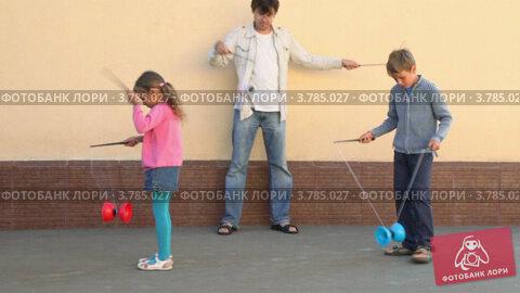 Купить «Отец с детьми играют у стены», видеоролик № 3785027, снято 18 июля 2012 г. (c) Losevsky Pavel / Фотобанк Лори
