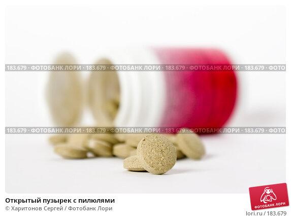 Открытый пузырек с пилюлями, фото № 183679, снято 22 января 2008 г. (c) Харитонов Сергей / Фотобанк Лори