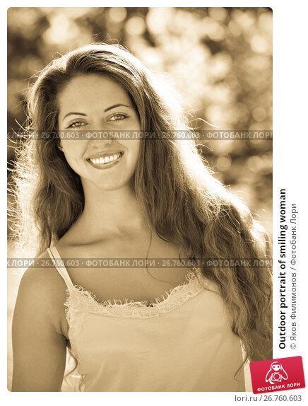 Outdoor portrait of smiling woman, фото № 26760603, снято 5 августа 2014 г. (c) Яков Филимонов / Фотобанк Лори