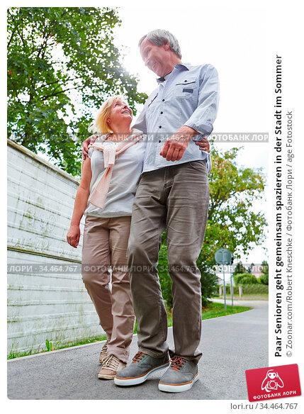Paar Senioren geht gemeinsam spazieren in der Stadt im Sommer. Стоковое фото, фотограф Zoonar.com/Robert Kneschke / age Fotostock / Фотобанк Лори