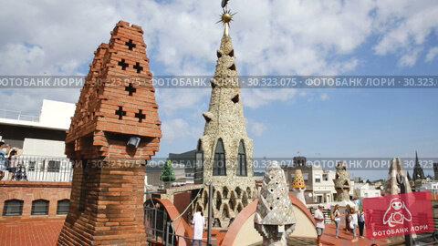 Купить «Palau Guell roof with chimneys turned by architect Antoni Gaudi into sculptures», видеоролик № 30323075, снято 19 сентября 2018 г. (c) Яков Филимонов / Фотобанк Лори