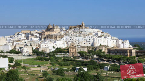 Panoramic view of the fantastic white city of Ostuni in Puglia, Italy (2019 год). Стоковое видео, видеограф Алексей Кузнецов / Фотобанк Лори