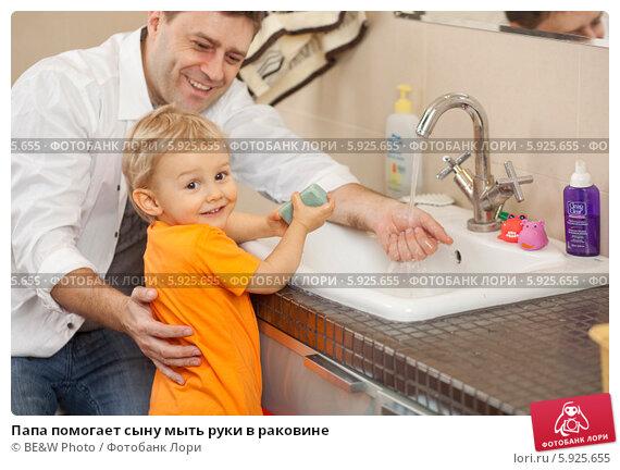 Купить «Папа помогает сыну мыть руки в раковине», фото № 5925655, снято 4 апреля 2020 г. (c) BE&W Photo / Фотобанк Лори