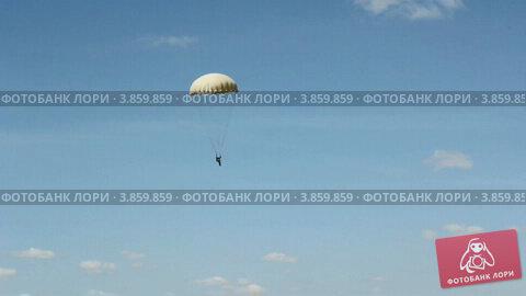Купить «Парашютист», видеоролик № 3859859, снято 23 сентября 2012 г. (c) Фотограф / Фотобанк Лори