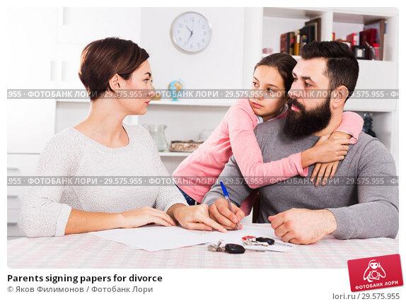 Купить «Parents signing papers for divorce», фото № 29575955, снято 25 марта 2019 г. (c) Яков Филимонов / Фотобанк Лори