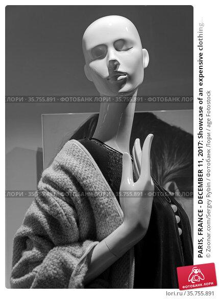 PARIS, FRANCE - DECEMBER 11, 2017: Showcase of an expensive clothing... Стоковое фото, фотограф Zoonar.com/Sergey Rybin / age Fotostock / Фотобанк Лори