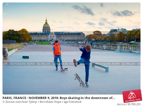 PARIS, FRANCE - NOVEMBER 9, 2018: Boys skating in the downtown of... Стоковое фото, фотограф Zoonar.com/Ivan Tykhyi / age Fotostock / Фотобанк Лори