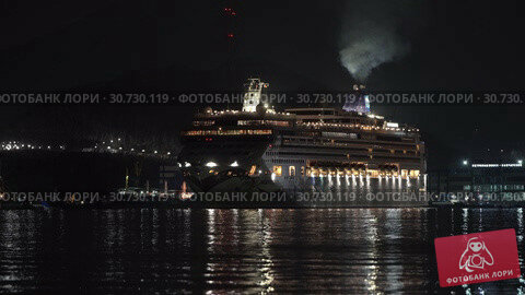 Passenger Cruise Liner Norwegian Jewel reverse sailing in Sea Port at dark night (2019 год). Редакционное видео, видеограф А. А. Пирагис / Фотобанк Лори