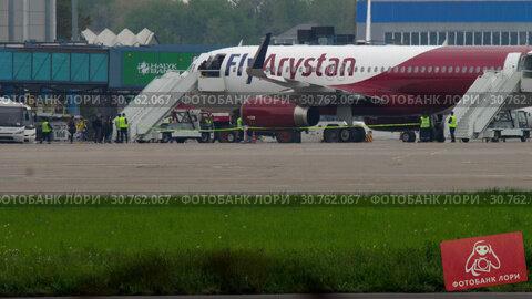 Купить «Passengers boarding an airplane», видеоролик № 30762067, снято 4 мая 2019 г. (c) Игорь Жоров / Фотобанк Лори