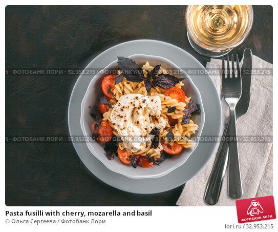 Pasta fusilli with cherry, mozarella and basil. Стоковое фото, фотограф Ольга Сергеева / Фотобанк Лори