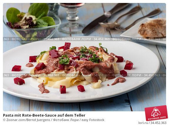 Pasta mit Rote-Beete-Sauce auf dem Teller. Стоковое фото, фотограф Zoonar.com/Bernd Juergens / easy Fotostock / Фотобанк Лори
