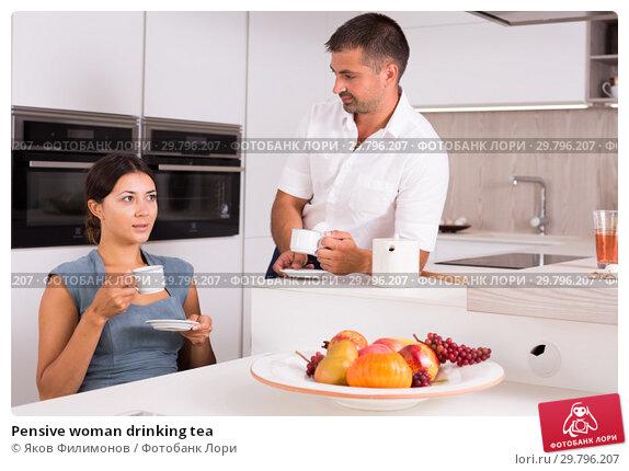 Купить «Pensive woman drinking tea», фото № 29796207, снято 17 июля 2018 г. (c) Яков Филимонов / Фотобанк Лори
