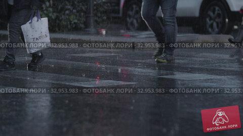People traffic on crosswalk under the rain (2019 год). Редакционное видео, видеограф Данил Руденко / Фотобанк Лори
