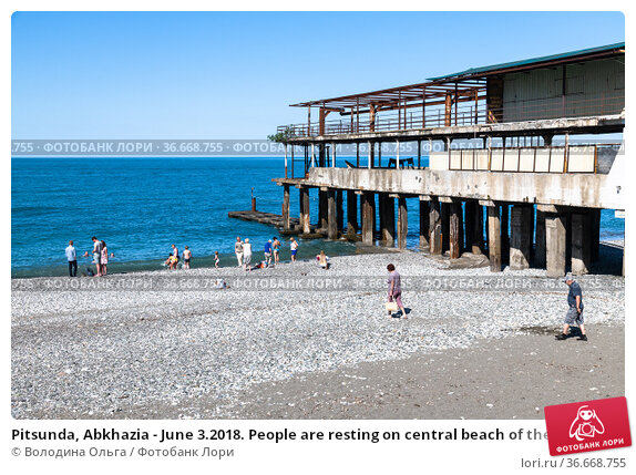 Pitsunda, Abkhazia - June 3.2018. People are resting on central beach of the city. Редакционное фото, фотограф Володина Ольга / Фотобанк Лори
