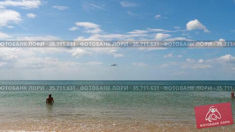 Plane flies over the heads of tourists (2018 год). Редакционное видео, видеограф Игорь Жоров / Фотобанк Лори