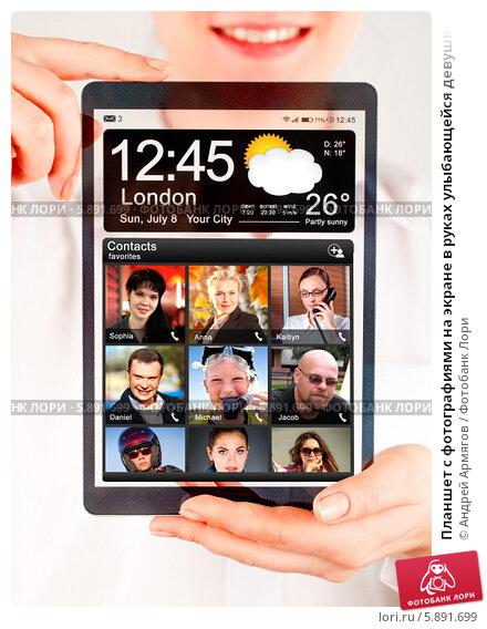 Планшет с фотографиями на экране в руках улыбающейся девушки, фото № 5891699, снято 5 января 2014 г. (c) Андрей Армягов / Фотобанк Лори