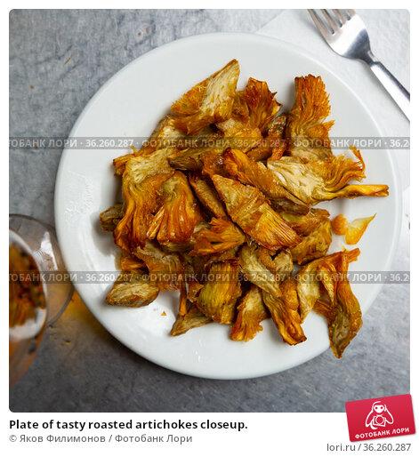 Plate of tasty roasted artichokes closeup. Стоковое фото, фотограф Яков Филимонов / Фотобанк Лори