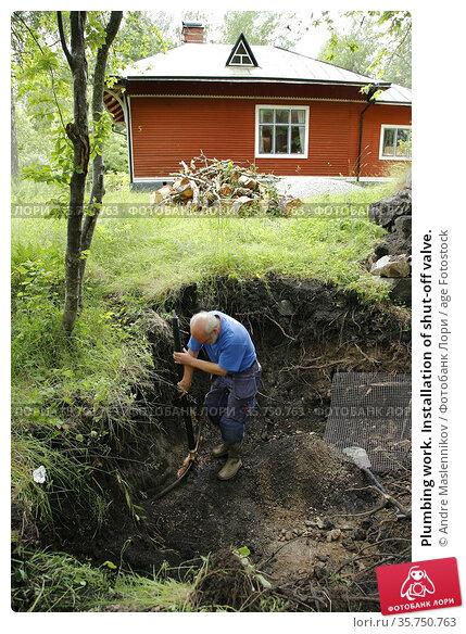 Plumbing work. Installation of shut-off valve. (2007 год). Редакционное фото, фотограф Andre Maslennikov / age Fotostock / Фотобанк Лори