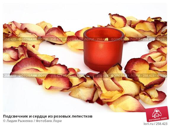Подсвечник и сердце из розовых лепестков, фото № 258423, снято 12 апреля 2008 г. (c) Лидия Рыженко / Фотобанк Лори