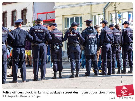 Купить «Police officers block an Leningradskaya street during an opposition protest rally», фото № 28370059, снято 5 мая 2018 г. (c) FotograFF / Фотобанк Лори