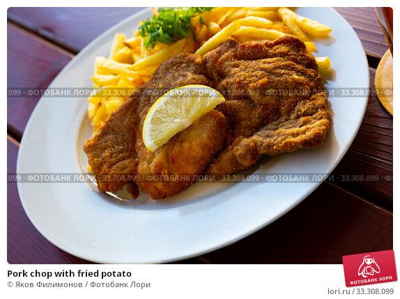 Купить «Pork chop with fried potato», фото № 33308099, снято 26 мая 2020 г. (c) Яков Филимонов / Фотобанк Лори