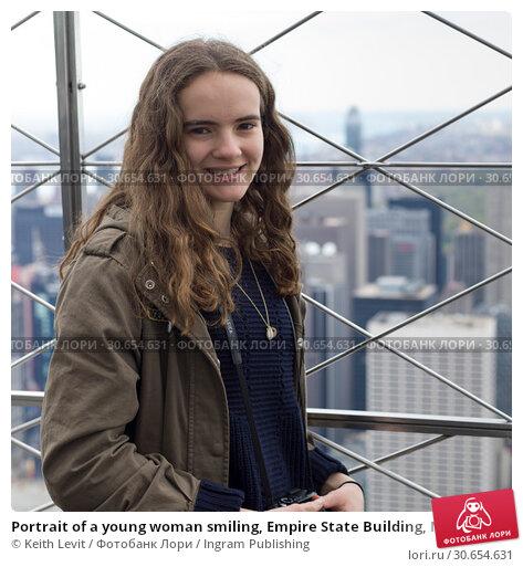 Купить «Portrait of a young woman smiling, Empire State Building, Midtown Manhattan, New York City, New York State, USA», фото № 30654631, снято 28 марта 2020 г. (c) Ingram Publishing / Фотобанк Лори