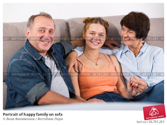Portrait of happy family on sofa. Стоковое фото, фотограф Яков Филимонов / Фотобанк Лори