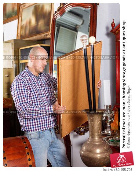 Portrait of mature man choosing vintage goods at antiques shop. Стоковое фото, фотограф Яков Филимонов / Фотобанк Лори