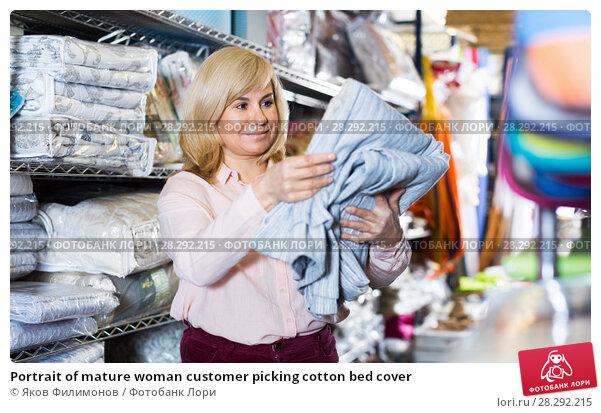 Купить «Portrait of mature woman customer picking cotton bed cover», фото № 28292215, снято 17 января 2018 г. (c) Яков Филимонов / Фотобанк Лори