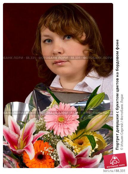 Купить «Портрет девушки с букетом цветов на бордовом фоне», фото № 88331, снято 14 февраля 2007 г. (c) Ильин Сергей / Фотобанк Лори