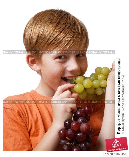 Портрет мальчика с кистью винограда, фото № 187451, снято 27 октября 2007 г. (c) Майя Крученкова / Фотобанк Лори