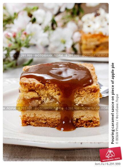 Купить «Pouring caramel sauce on piece of apple pie», фото № 6291999, снято 20 февраля 2018 г. (c) BE&W Photo / Фотобанк Лори