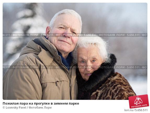 Купить «Пожилая пара на прогулке в зимнем парке», фото № 5650511, снято 20 января 2013 г. (c) Losevsky Pavel / Фотобанк Лори
