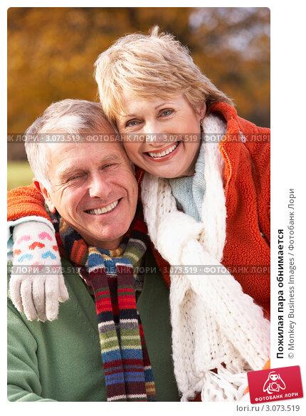 Пожилая пара обнимается, фото № 3073519, снято 12 ноября 2008 г. (c) Monkey Business Images / Фотобанк Лори