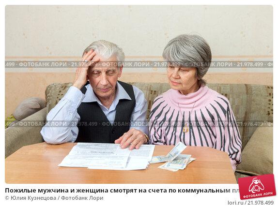 Купить «Пожилые мужчина и женщина смотрят на счета по коммунальным платежам», фото № 21978499, снято 27 февраля 2016 г. (c) Юлия Кузнецова / Фотобанк Лори